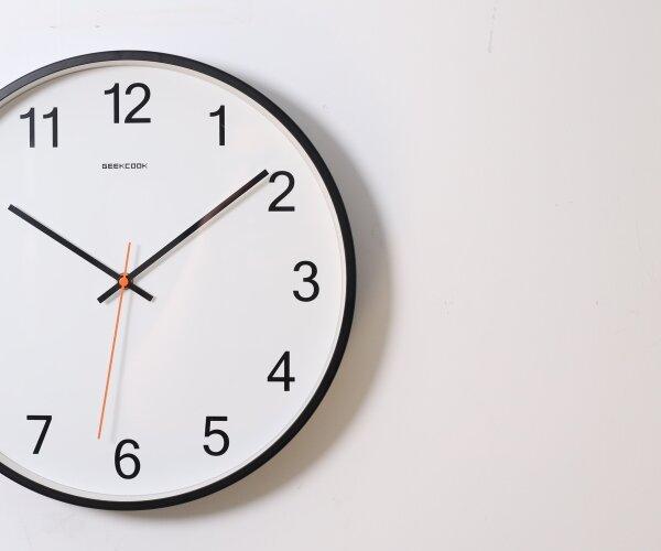 Eine Uhr. Zählen Sie die Stunden bis zum Jahreswechsel